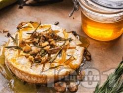 Запечено сирене Бри с мед, орехи и розмарин на фурна - снимка на рецептата